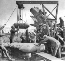 World War 1 Picture - Loading a 15-inch howitzer