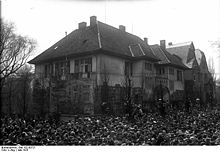 World War 1 Picture - Crowds in front of Hindenburg's villa in Hannover on 12 May 1925