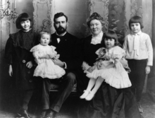 World War 1 Picture - Photograph of Hemingway family in 1905, from left: Marcelline, Sunny, Clarence, Grace, Ursula and Ernest.