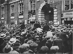 World War 1 Picture - Young men besieging the recruiting offices in Whitehall, London.
