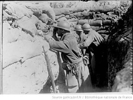 World War 1 Picture - French soldiers observing enemy movements