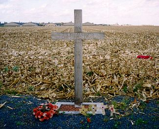 World War 1 Picture - A cross, left near Ypres in Belgium in 1999, to commemorate the site of the Christmas Truce in 1914. The text reads: 1914 - The Khaki Chum's Christmas Truce - 1999 - 85 Years - Lest We Forget.