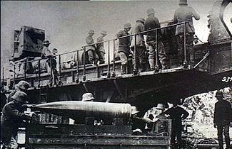 paris gun history of world war i ww1 the great warworld war 1 picture german gun crew preparing the paris gun[dubious discuss