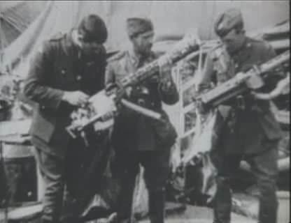 World War 1 Picture - Australian soldiers and airmen examine the remnants of Richthofen's triplane